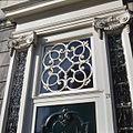 Snijraam boven de voordeur van het Fundatiehuis, Teylers woonhuis - Haarlem - 20380596 - RCE.jpg