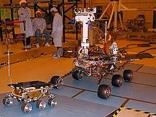 Nell'immagine, a destra il rover marziano Spirit, a sinistra Sojourner della missione Mars Pathfinder (NASA).