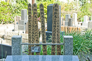 Gorintō - Some wooden sotoba at a tomb. Note the division in five sections