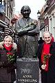 Standbeeld Anne Vondeling, Leeuwarden.jpg