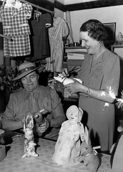 File:StateLibQld 2 198619 In the Red Cross gift shop, 1942.jpg