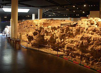 En rest af Stockholms nordlige bymur findes bevaret i Medeltidsmuseet.
