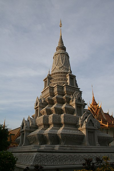 File:Stupa of King Suramarit.jpg