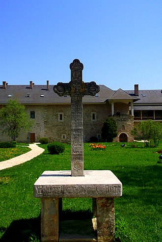 Sucevița Monastery - Image: Suczawica (Sucevita), krzyż na dziedzińcu klasztornym