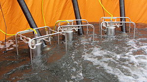 THW Tauchpumpen im Wasserbecken.jpg