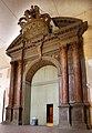 Teatro farnese, portale ligneo d'ingresso con la corona ducale.jpg