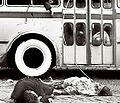 Terrible imagen del trolebús alcanzado por una bomba.jpg