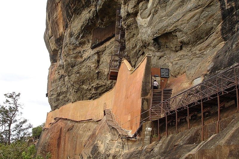 Файл: The Wall Mirror & винтовой лестнице, ведущей к Frescoes.jpg