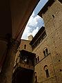Torre degli Asinelli da un portico di via Santo Stefano.jpg