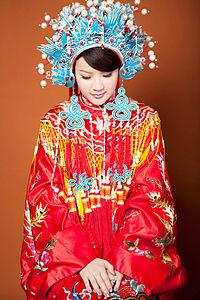 """Vestido de casamento tradicional chinês com arranjo de cabeça """"coroa de fênix"""" (鳳冠), ao estilo da Dinastia Qing. Ainda usado em muitas partes do sudoeste asiático, inclusive Taiwan."""