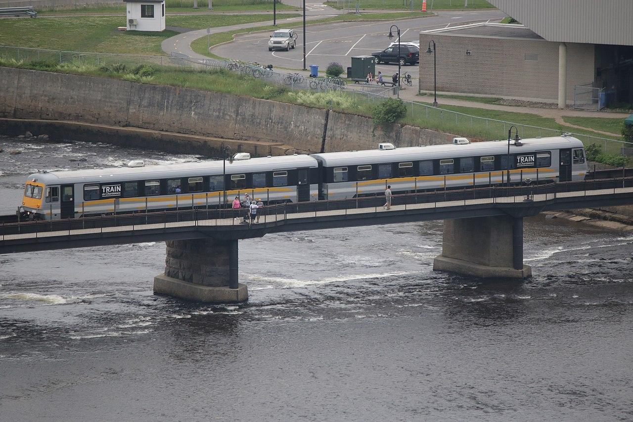 1280px-TrainDeCharlevoixCrossingMontmore