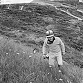 Training Zandvoort Grand Prix , Innes Ireland, met racewagen naast de baan geraa, Bestanddeelnr 917-9720.jpg
