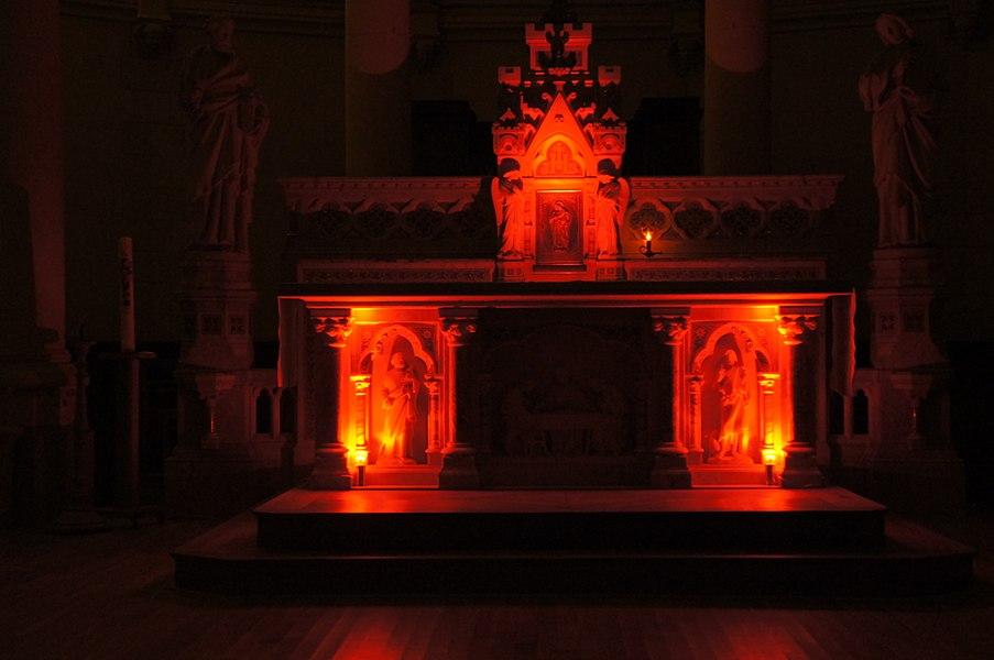 Éclairage du maître autel de l'église Saint-Léger d'Orvault en rouge pour le Triduum Pascal.