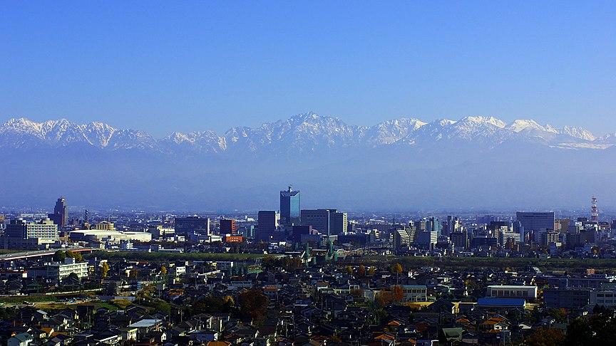 呉羽丘陵から望む立山連峰と富山市街。