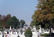 杜伊勒里花园,沿巴黎历史轴线的方向,远处可见协和广场的方尖碑,香榭丽舍大道尽头的凯旋门