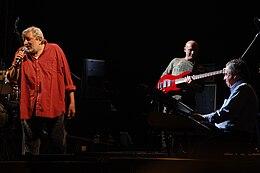 Vince Tempera (a destra) con Francesco Guccini durante un'esibizione live.