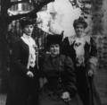 Visita da Rainha Alexandra de Inglaterra a Portugal, retrato com Dona Amélia e Dona Maria Pia (Mar 1905).png