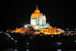 Vivekananda Memorial antaŭ la nokto, Kanyakumari, tamila Nadu.jpg
