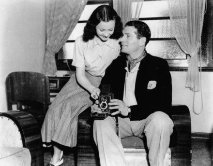 Olivier with Leigh in Australia, 1948 Vivien Leigh and Laurence Olivier, Broadbeach, Australia, 1948.jpg