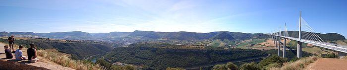 Vue panoramique du viaduc de Millau et de la ville du même nom.jpg