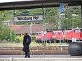 Würzburg Hbf - Bahnsteig mit Stationsschild.jpg