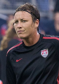 Abby Wambach in the Birleşik Devletler national team training jersey.
