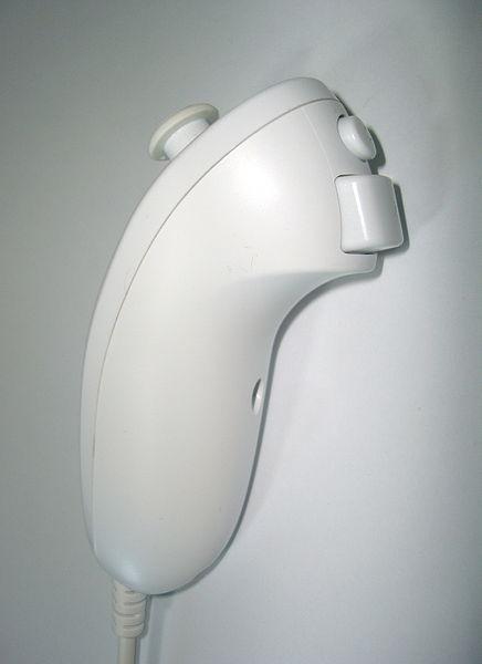 Herní ovladač Wii Nunchuk obsahuje dvojici tlačítek, joystick a akcelerometr.