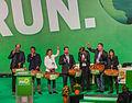 Überreichen von Äpfeln auf dem bundesparteitag der Grünen am 22.11.2014.jpg
