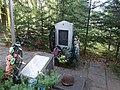 Братская могила перезахороненых около школы Юшково, Вяземский район, Смоленская область.jpg