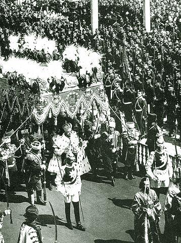 Кавалергард Маннергейм (четвёртый справа от Государя) в почётном карауле лейб-гвардии Кавалергардского полка при коронации Николая Второго (1896)