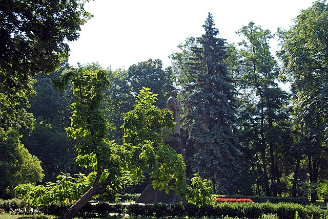 Место захоронения генерала армии Н.Ф.Ватутина в Мариинском парке в Киеве
