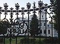 Москва (Россия) Возрождённое здание в парке - panoramio.jpg