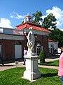 Петергоф - статуя «Амфитрита» перед морским фасадом Монплезира.jpg