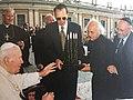 האפיפיור והפסל אהרן בצלאל.jpg