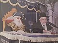 הרב יוסף שרגא רב מקדים לרב עובדיה יוסף בבית כנסת היזדים.jpg