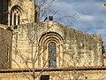 013 Monestir de Sant Cugat, façana sud, finestral romànic.JPG