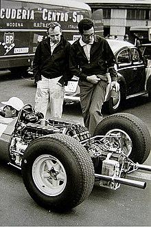 Mauro Forghieri (destra), a lungo direttore tecnico della scuderia, qui nel 1965 assieme a John Surtees (sinistra) davanti a una Ferrari 158.