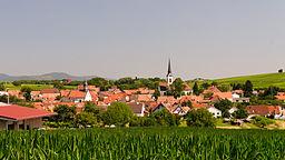 Ansicht von Südsüdost bei der Anfahrt von Heuchelheim über die Weinberge.
