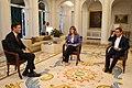 2018-06-18, El presidente del Gobierno, Pedro Sánchez, junto a los periodistas Ana Blanco y Sergio Martín, al inicio de la entrevista concedida a RTVE en La Moncloa.jpg