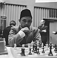 28e Hoogoven schaaktoernooi te Beverwijk, A.A. Bachtiar uit Indonesië, met fez, Bestanddeelnr 918-6659.jpg