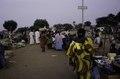 ASC Leiden - van Achterberg Collection - 03 - 31 - Un marché au bord du fleuve Niger. Un groupe de femmes en robes colorées - Ségou, Mali - novembre-décembre 1993.tif
