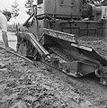 Aanleg en verbeteren van wegen, dijken en spaarbekken, landbouwwegen, spreidmach, Bestanddeelnr 161-0786.jpg