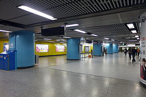 Admiralty Station (MTR) - The platforms are wide enough for a very large number of passengers to change trains at the same time