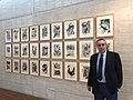 Adolfo Alonso Ares posa con la exposición permanente 'Memorias del fuego' en las Cortes de Castilla y León.jpg