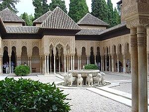 photographie. La fontaine centrale soutenue par des statues de lions et la galerie périphérique avec ses colonnes