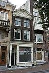 foto van Huis met gevel onder rijk gesneden, topvormig verhoogde lijst