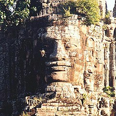 Torre cara de la puerta sur. Escuetos los Khmer, Angkor Thom, ciudad grande.