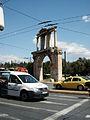 Arc d'Adrià d'Atenes entre el trànsit.JPG