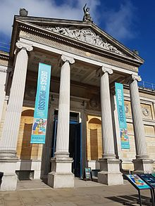 Ashmolean museum front entrance, Oxford.jpg