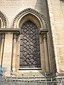 Basilique Notre-Dame de la Délivrande, vitrail vu de l'extérieur.jpg